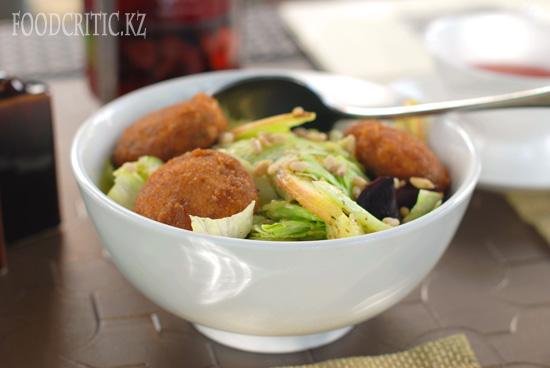 Салат с жареным сыром в ресторане Safran - Алматы