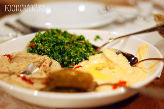 Арабская маза в ресторане Al Wadi высокогорного комплекса Samal (Самал) в Алматы