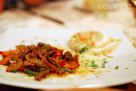 Телятина на гриле в ресторане Al Wadi высокогорного комплекса Samal (Самал) в Алматы