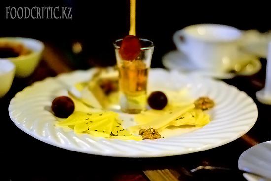 Сырная тарелка в ресторане Во-бла на Foodcritic.kz