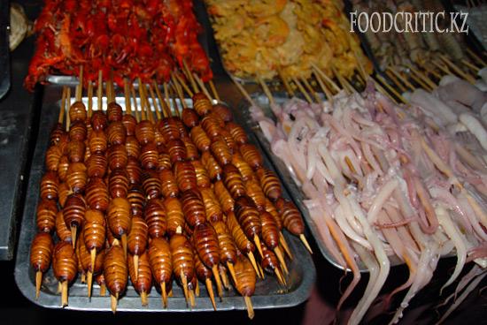 Шашлык из личинок шелкопряда на улице Wangfujing в Пекине