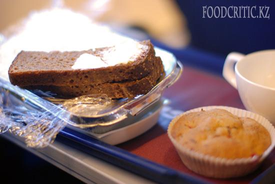 Самолетная еда Трансаэро - хлеб и маффин